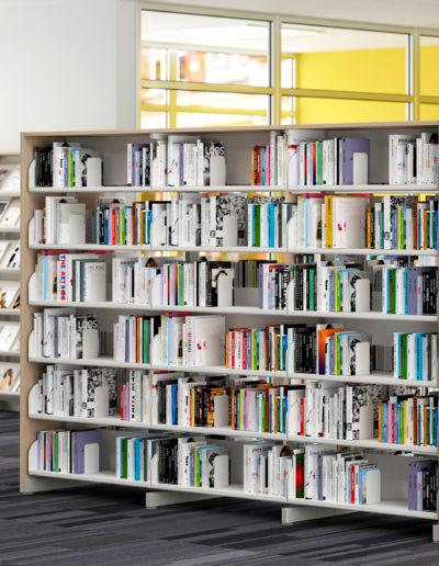 Biblioteca com móveis Metadil.