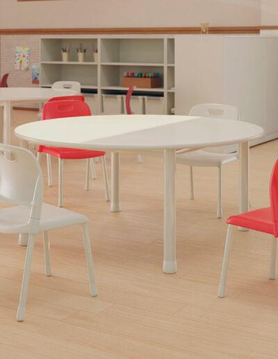 Produtos na imagem: Cadeiras Aria 4711, mesas coletivas 70062, estantes 904 1e mochileiro 9044.